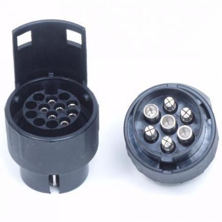Adapter 7-polig naar 13-polig Adapter van stevig kunststof voor het koppelen van een 13-polige stekker aan een 7-polige stekkerdoos